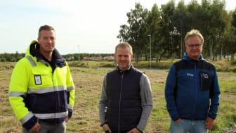 Bjarne Hurtig, chef för ledningsnät, Ronnie Hollsten, Projektledare och Janne Kristoffersson, VA-ingenjör, är glada att få sätta spaden i backen på Askeslätt