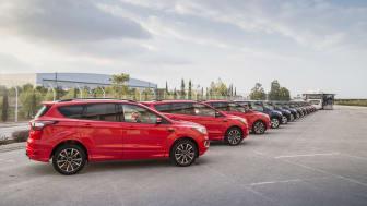 LANG REKKE: Alle disse 24 nye Ford Kugaene skal kjøres i karavane mer enn 5000 kilometer tvers igjennom Europa helt til Nordkapp.