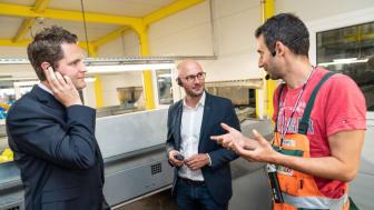 Dr. Thorsten Leopold, Henkel (links) und Sebastian Bayer, dm-Geschäftsführer für Marketing + Beschaffung (Mitte), lassen sich den Verwertungsprozess von Produkten und Verpackungen in der Recycling-Anlage Meilo in Gernsheim zeigen.