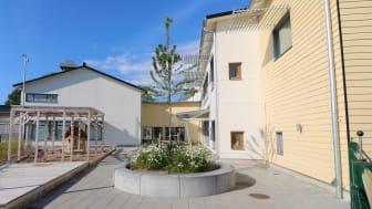 Kareby förskola i Kungälv blev klar 2019. Extra brandsäker fasad med fibercementskivor monterade på stålläkt. Foto: Cembrit.