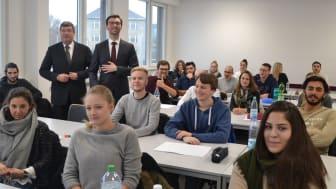 Prof. Dr. Roland Kaldich (li.), Eduard Szekeres, Studierende MU. Foto: Franz Motzko