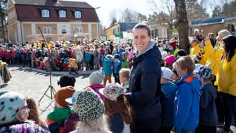 Flera svenska olympier är ambassadörer för Jorden runt-loppet för en bättre värld. Här är det Danijela Rundqvist, hockeyspelare, som besöker en skola. Foto: SOK