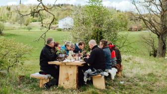 Över hela Sverige öppnar nu borden i kampanjen The Edible Country för att ge gästerna en oförglömlig gourmetupplevelse i naturen. Här vid Wallby säteri i Småland. Foto: Emma Ivarsson