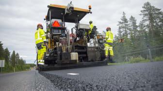 Svevia utför utläggningsarbete och vägförbättringar på flera sträckor i Västerbotten. Foto: Patrick Trägårdh