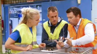 Stina Nilsson tillsammans med Tomas Bredberg, ordförande IFK Mora Skidklubb, och Mats Nordin, verktygschef FM Mattsson.
