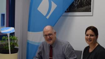 Bürgermeister Thomas Zwingel und Kathrin Armbruster von Deutsche Glasfaser bei der Vertragsunterzeichnung.