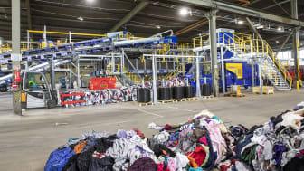 På Sysavs anläggning i Malmö är världens första storskaliga automatiska textilsortering nu redo att tas i bruk. Foto: Andreas Offesson