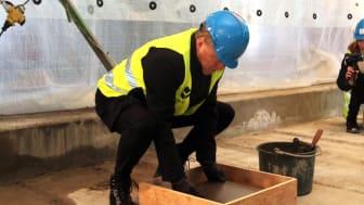 Byrådsleder Raymond Johansen legger ned grunnsteinen i Øivinds vei 2. Foto: Boligbygg