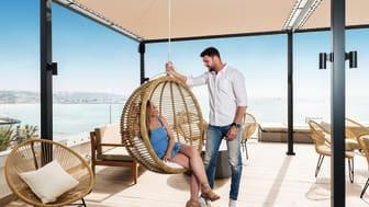 Von den allermeisten Balkonen aus haben die Gäste einen traumhaften Blick auf das Meer, so auch von der Sonnenterrasse. (Foto: alltours)