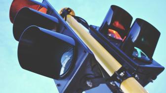 Lyskryss til besvær - hva gjør du når grønt blir til gult - gasse på eller bremse opp?