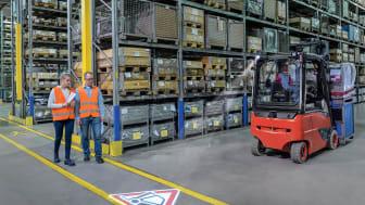 Linde TruckSpot är en vidareutveckling av BlueSpot. Det optiska varningssystemet visar en röd triangel på golvet bakom trucken för att visa fotgängare att trucken närmar sig.