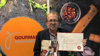 Edouard Cointreau hyllar det svenska kokboksundret, här med boken Den stora smakresan av Richard Bengtsson och Anette Rosvall (Lava) foto: Anders Oskal, Association of World Reindeer Herders