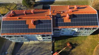 Solpaneler blir en allt vanligare syn på fastigheter runt om i landet. Här monterar EnergiEngagemang solceller på ett av HSBs flerfamiljshus i Stallarholmen