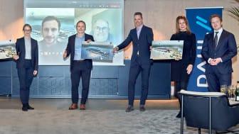 Dahl tecknar avtal med Logicenters AB om ett nytt centrallager i Bålsta. I bild från vänster: Fredrik Kjellgren (ekonomidirektör, Dahl), Mikael Laag (advokat, företräder Logicenters), Carl Johan Enegren (Business Developer, Logicenters), Stina Magnus