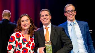 Visions ordförande Veronica Magnusson delar ut utmärkelsen Sveriges KvalitetsKommun till Henrik Thunes och Per Törnvall, Sollentuna kommun