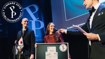 """Designer Liza Pedersen och art director Erik Hellquist från Zellout tar emot Publishingpriset av moderator Jesper Rönndahl för Opusfilmen """"Opus – för din skull"""". (foto: Stina Stjernkvist)"""