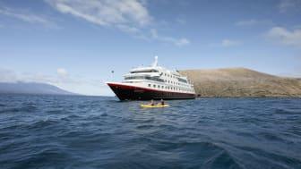 Mehr entdecken: Ab 2022 bietet Hurtigruten Expeditions das ganze Jahr über die Erkundung der Galapagos-Inseln an Bord der komplett modernisierten MS Santa Cruz II mit 90 Gästen an. Foto: Hurtigruten Expeditions