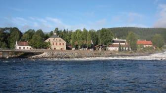 Det Norske Myntverket og Norsk Bergverksmuseum sett fra Lågen. Foto: Norsk Bergverksmuseum