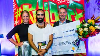 Nina Cronehag (Liber), Navid Modiri och vinnaren Lars-Åke Johansson. Foto: Björn Johansson