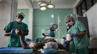 Patient får vård på sjukhuset St Mary Hospital i Bamenda, i nordvästra Kamerun efter att ha blivit attackerad. Foto: Albert Masias.