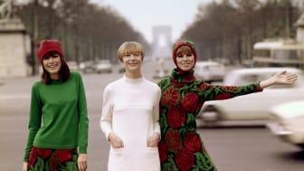 Katja Geiger omgiven av två av sina modeller i Paris. Foto: Björn Larsson Ask/Bonnierarkivet