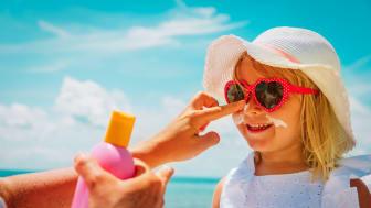 Stora Synundersökningen 2021: Svenska föräldrar är fortsatt dåliga på att skydda sina barns ögon från solen