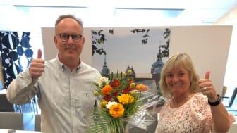 Kommunstyrelsens ordförande Johan Persson (S) och kommundirektör Annette Andersson firar att Kalmar kommun utsetts till Årets superkommun 2021