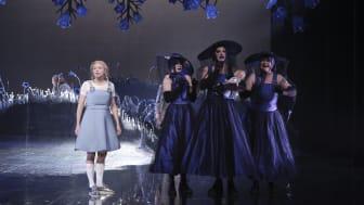 Stina Eriksson i rollen som Rapunzel. Nils Dernevik, Gisela Swarting och Evamaria Björk som häxorna Go, Tho och Hel. Fotograf: Micke Sandström