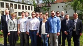 Beate Rubenbauer (2. v. l.), Leiterin Zentrale Ausbildungssteuerung, der Ausbildungsleiter für Ober- und Unterfranken, Uwe Rosenberger (6. v. l.), sowie Christoph Henzel (l.), Leiter Konzessionsmanagement, mit den sieben Azubis aus Unterfranken.