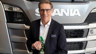 """Christian Hottgernoth, Direktor Verlauf Lkw, Scania Deutschland Österreich, hat den """"Green Truck Award 2020"""" für den Scania R 540 entgegen genommen."""