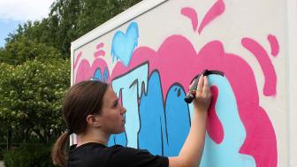 Rebecca Stenström jobbar på med sitt konstverk.   Foto: Ann-Sofie Boman