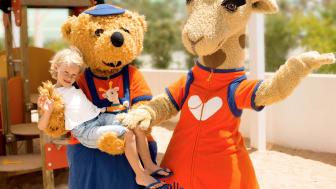 Flere af de store rejsearrangører tilbyder børneklubber for både de yngste og de lidt ældre børn. Hos Spies møder børnene bamsen Bernie og giraffen Lollo.