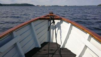 Små skibe, joller og færger har gennem historien spillet en enorm rolle for livet ved fjorden. Med et to-årigt projekt vil ROMU nu renovere en række træskibe og udbygge formidlingen af deres betydning. Foto: Museumskoncernen ROMU