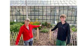 Haben das Kräuterbeet gemeinsam gestaltet: links Gartenbautechnikerin Sabine Simshäuser mit FÖJ-ler Julian Piasek.