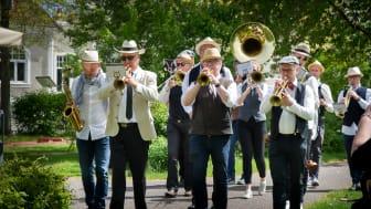 Bohuslän Big Band marscherade fram i Badhusparken torsdagen den 28 maj / Foto: Anneli Johansson
