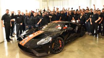 STOLT GJENG: Her er Ford-sjef Raj Nair og noen av de mange ansatte på Fords fabrikk i Canada sammen med den første versjonen av den nye supersportsbilen Ford GT.