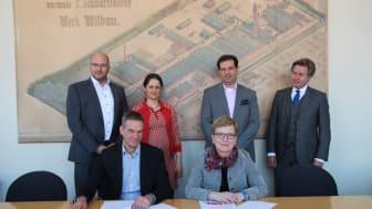 TH-Präsidentin Professorin Dr. Ulrike Tippe und Thomas Holm, Leiter der Gesundheitsförderung der TK, verlängern die Kooperationsvereinbarung bis 2021.