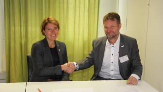 Bildetekst: Fra venstre byggherredirektør i Statsbygg, Synnøve Lyssand Sandberg og Dag Otterstad, direktør for EcoBuilding & Field Services i Schneider Electric på kontraktsmøte.