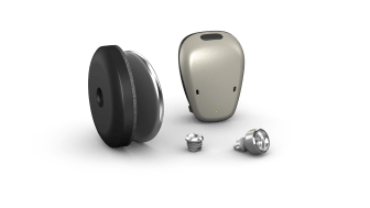 Der Cochlear™ Baha® 6 Max Soundprozessor mit den Anbindungsoptionen Cochlear™ Baha® Attract und Connect