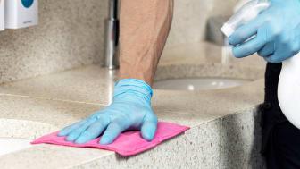 Räcker det att rengöra ytor med enbart ytdesinfektion?