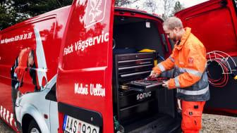 Falck Räddningskårs vägservicebil hjälper bilisten att köra vidare