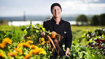 Malin Ölund, chefskock Torsta. Här i Torstas egna grönsaksland.