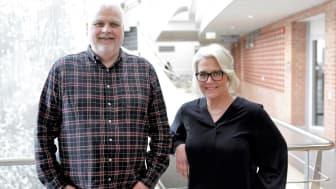 Forskare med fokus på interaktion mellan människa och maskin: Lars Walter och Ulrika Lundh Snis på Högskolan Väst. Foto: Andreas Borg.