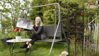 Liisa Ojala tar emot sin vinstcheck på 1 miljon kronor //Foto: Patrik Olsson