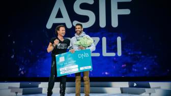 Asif Fazli mottar prisen for Employee of the Year av Petter Stordalen
