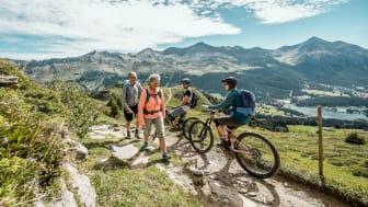 Wanderer und Biker in Lenzerheide, Graubünden (c) Schweiz Tourismus, Daniel Loosli