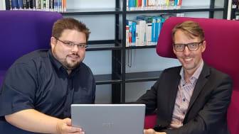 Zufrieden mit dem modernen Design der ifsn-Homepage: Daniel Schneider und Prof. Lars Castellucci (re.).
