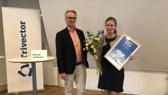 Emma Berginger (MP) , kommunalråd i Lund tar emot priset från Trivectors VD Christer Ljungberg