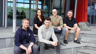 Her er fem av studentene som jobbet med apputvikling i sommer. Bak fra venstre: Ine Malen Stock, Stian Vaage og Espen Lien Pedersen. Foran fra venstre: Magnus Holmseth Nordhagen og Kevin Todorov