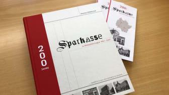Die 500-seitige Jubiläumspublikation der Sparkasse Mittelthüringen ist am dem 26.5. erhältlich. (Foto im Großformat steht im Anhang zum Download bereit.)